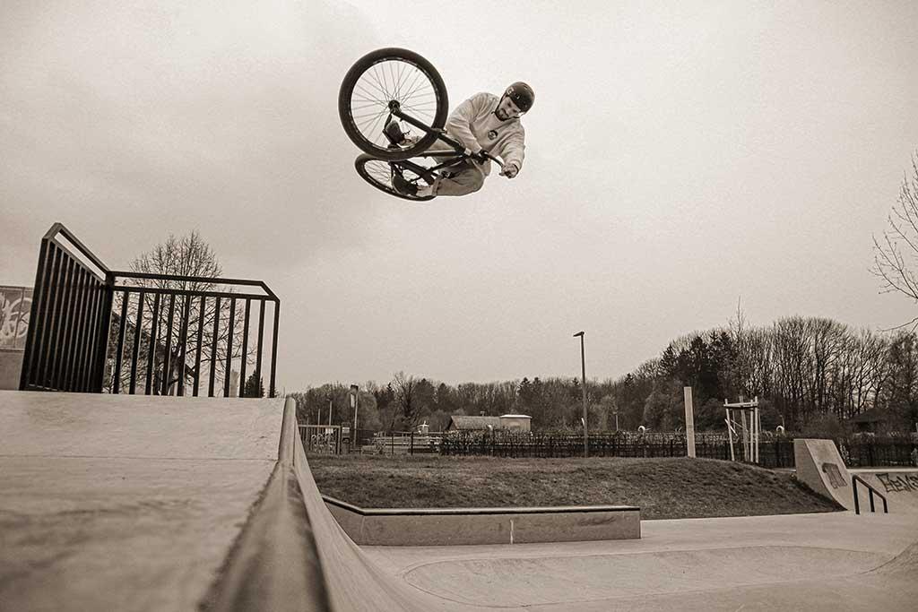 Simon Edfelder doing a little air on the quarter in Mering